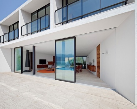 ventanas-puertas-de-vidrio-casa-moderna