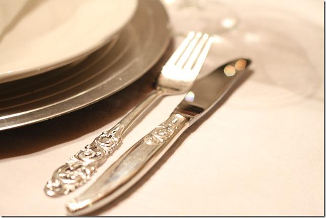 hvitt bord pyntet med sølv, kongler, diamanter og snø  IMG_0751