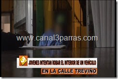 IMAG. JOVENES INTENTAN ROBAR EL INTERIOR DE UN VEHICULO EN LA CALLE TREVIÑO.mp4_000037937