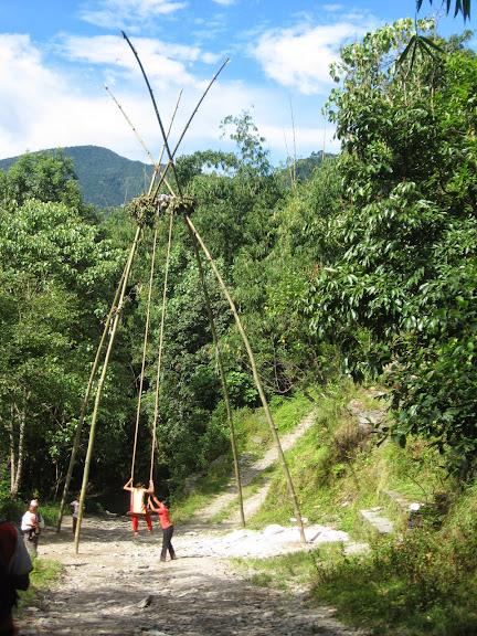 W Nepalu bardzo popularne są huśtawki budowane z bambusa. Tutaj jedna z bardziej okazalszych.