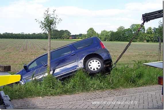 Dacia in de sloot 03