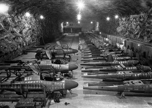 Линия сборки истребителей Хейнкель He-162 на подземном заводе Юнкерс в Тартуне, Германия, начало апреля 1945 года