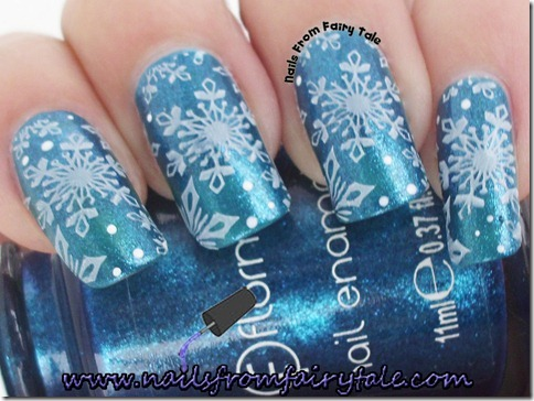 matching manicure - snowflakes
