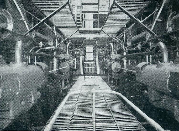 Cuarto de maquinas. Plataforma intermedia, mirando hacia proa. De la revista The Shipbuilder. Febrero de 1.924.jpg