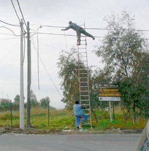 Invenção Perigosa - Trabalhando com escada - Profissão perigo - muito arriscado 011