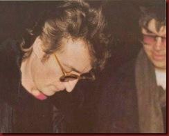 John Lennon dando autografo ao seu assassino