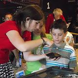 Наукові аніматори з музею розважали дітей в черзі звичайними, здавалося б речами, які після пояснень набували нового сенсу...