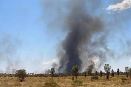 Imagini Uluru: Focuri salbatice prin desert