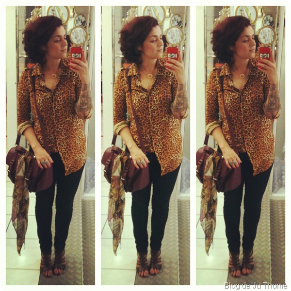 look calça jeans, camisa estampada animal print e bolsa de couro lateral com lenço