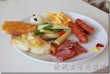 台南-Season_Cafe。經典西式拼盤的主食,有一條切半的德國香腸、一片切成四等份的火腿、炒蛋、薯泥、佐菜(玉米筍、四季豆、杏苞菇、花椰菜、紅蘿蔔)、一片蒜味麵包及四分之一片丹麥土司,份量其實有點少。