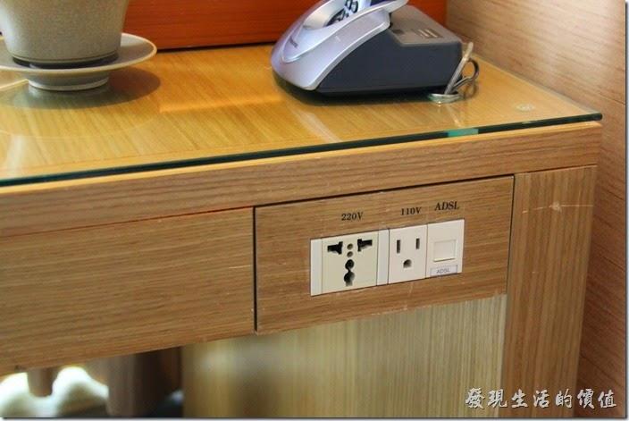 南投日月潭-雲品酒店。這房間的電源不多,後來才發現原來已經外接到書桌的邊上了,有110V及220V,還有ADSL的網線插口。