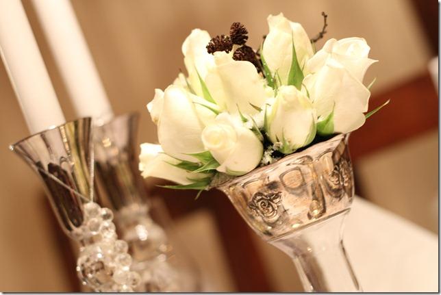 hvitt bord pyntet med sølv, kongler, diamanter og snø  IMG_0743