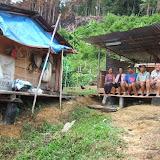 焼畑に作られた出作り小屋でくつろぐ人々。
