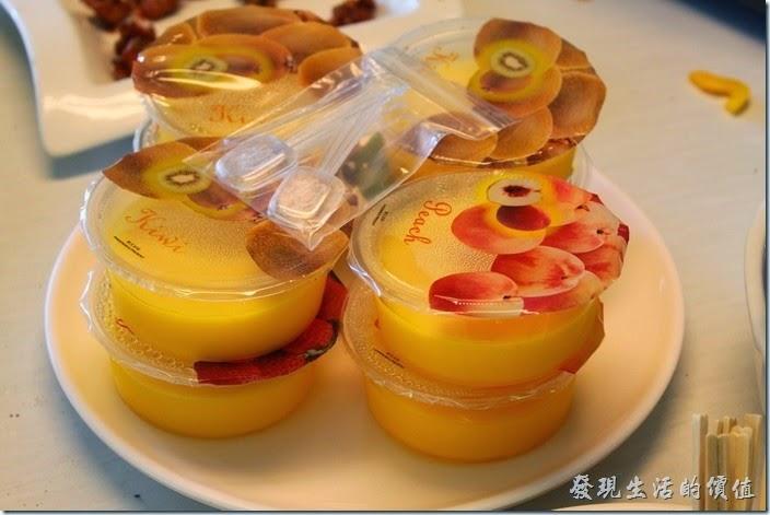 高雄-頭前園土雞城休閒餐廳。手工清涼甜品。原本的手工清涼甜品變成了布丁,我吃到的是芒果口味的。