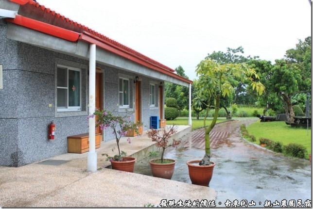 親山農園民宿,這家民宿共有四個房間,這一排有三個房間連在一起。