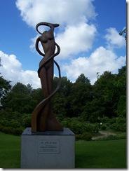 2012.07.01-009 statue en bois de séquoia dans le jardin des plantes