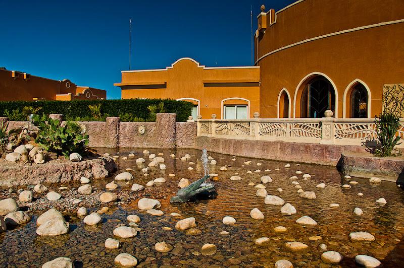 Отель Caribean World Resort Soma Bay. Хургада. Египет. Декоративный бассейн между центральным рестораном и главным входом в отель.
