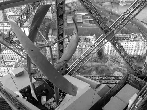 Eyfel Kulesine Rüzgar Tribünü