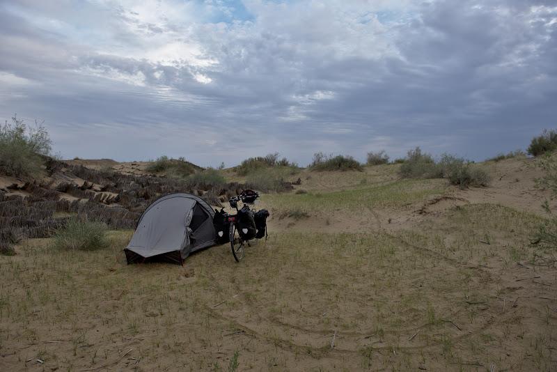 Locul de cort in mijlocul desertului.