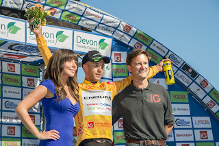 Jonathan Tiernan Locke receiving the leader's jersey
