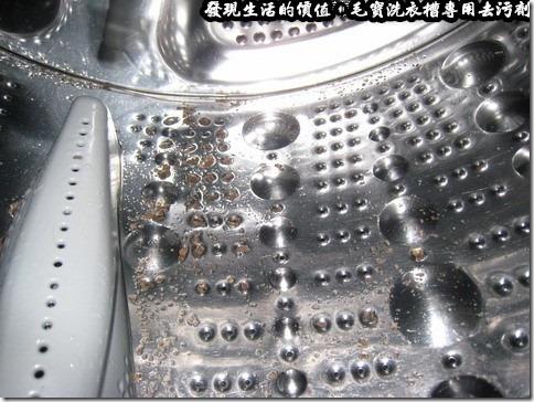 毛寶洗衣槽專用去污劑。讓洗衣機自動清洗並脫水之後,還是有一些殘留的污垢留在洗衣槽內,這些污垢應該無法順利藉由清水的清洗而排出洗衣槽。