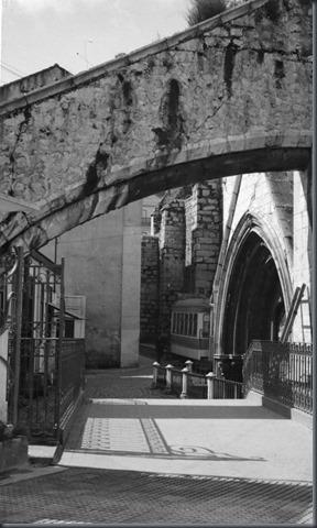 Arcobotante na passagem superior do largo do Carmo para o elevador de Santa Justa