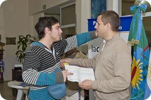 """Juan Pablo de Jesús entregó diplomas de los cursos """"Jóvenes Pymes 2011"""" y """"Taller de costura industrial 2011.-"""