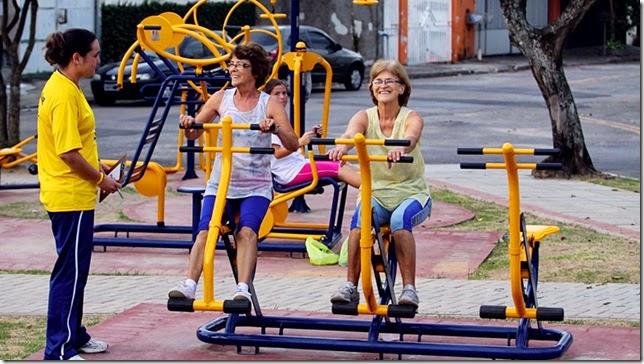 Exercícios ao ar livre nos aparelhos