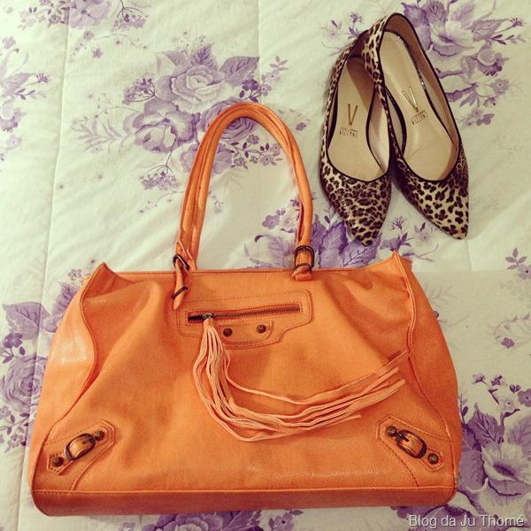 look calça floral preta e branca, tricot cinza e bolsa laranja (2)
