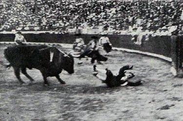 1913-07-28 Bombita cogido por unos de los Miuras