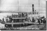 StateLibQld_1_298611_Unloading_passengers_off_the_steamboat_Booyong_at_Caves_Wharf_on_the_Tweed_River,_1913