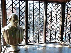 Бюст Шекспира в музее, где он родился