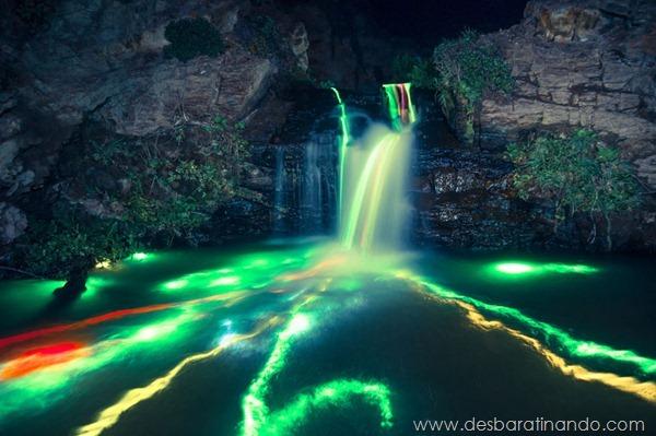 glow-sticks-dropped-into-waterfalls-lenz-abildgaard-arco-iris-luz-cachoeira-desbaratinando (1)