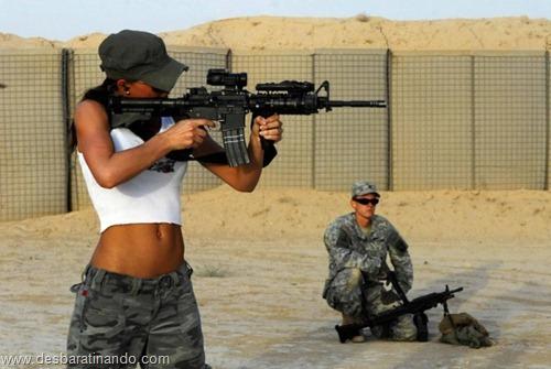 gatas armadas mulheres lindas com armas sexys sensuais desbaratinando (17)