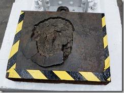 Vnitřní strana pancéřového plátu zasaženého HESH municí