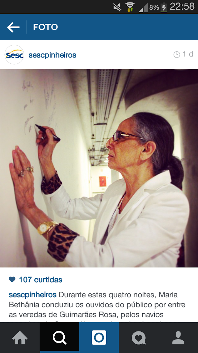 Maria Bethânia autografa mural do Sesc Pinheiros