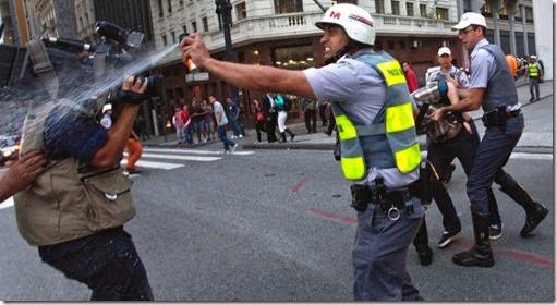 13jun2013---policial-militar-atinge-cinegrafista-com-spray-de-pimenta-durante-protesto-contra-o-aumento-da-tarifa-do-transporte-coletivo-em-frente-ao-theatro-municipal-no-centro-de-sao-paulo-nesta-1371160760052_956x5