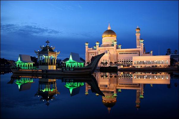 مسجد السلطان عمر علي سيف الدين في الليل.