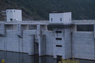 オリフィスゲート呑口と選択取水設備を望む