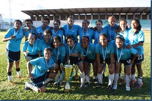 posando con la copa de campeonas del apertura  2012. (2)