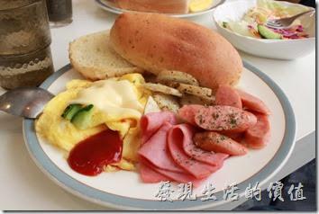 台南-沛里歐咖啡館。這是活力總匯餐點(NT$190)的主食,內容有德式香腸、火腿片、法式炒蛋加起士、馬鈴薯片,香草麵包,吃起來算是蠻豐盛的,但是馬鈴薯吃起來稍為還帶點沒有完全煮熟的脆感,不是我喜歡的口感。