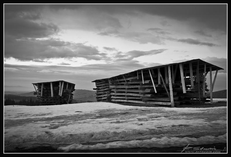 """Zakopane, Gubałówka. Góralska wersja """"domka fińskiego""""... W częściach, w przygotowaniu i... w błocie po kostki."""