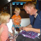 Og han åbner gaver, og børnene fik også gaver :-)