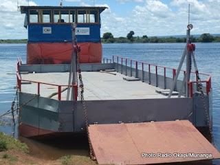 La barge de Kasenga immobilisée au bord de la riviere Luapula, ce 22/03/2011. Photo Radio Okopi/Munanga
