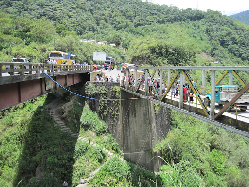 Cheap bungee jumping across two bridges near Baños