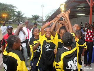 Les joueuses de l'équipe championne de football féminin du Grand Hôtel Kinshasa célèbrent la victoire après avoir remporté la coupe le 26/08/2011 à Kinshasa, Radio Okapi/ Ph. John Bompengo