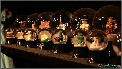 Globulete din sticla animate cu zapada
