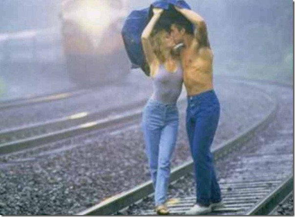 Casal besandose en las vias TGcolor arreglado