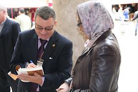 """Dr. D. Ahmed Tahiri firmando el libro """"FATH AL-ANDALUS y la incorporación de Occidente a Dār al-Islam. Musā b. Nusayr y Tāriq b. Ziyād"""". Autor: DR. AHMED TAHIRI. Traducción: ABDELKADER BOULAALA."""