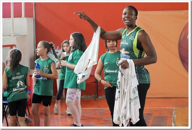 A pivô Clarissa Santos foi a madrinha do festival das escolinhas
